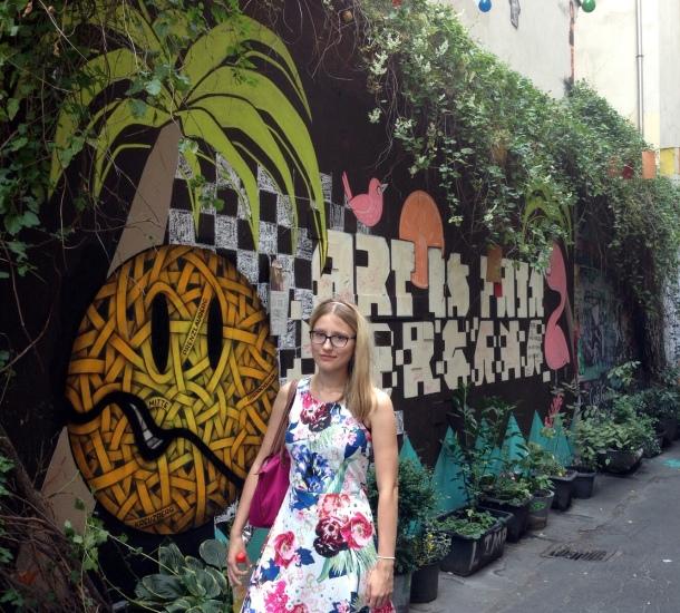 Blumenkleid und Graffitti