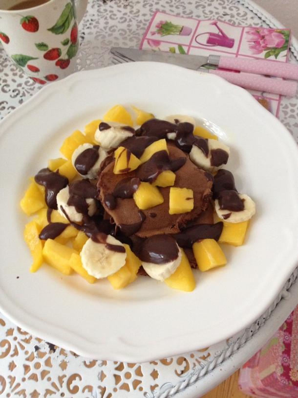 Gesunde und zuckerfreie Schoko Pancakes mit Obst