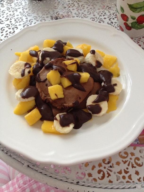 Schoko Pancakes mit Obst und Schoko Sauce